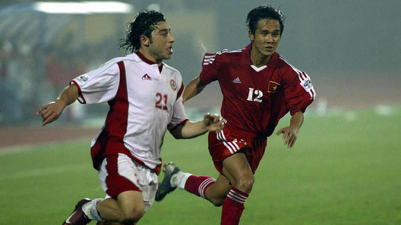 Lebanese Khaled Hamied (L) duels with Vi