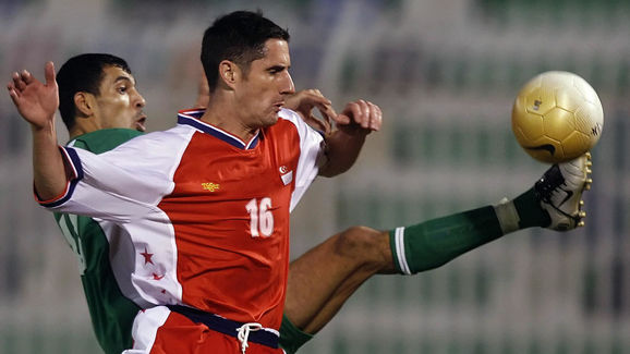 Yunes Mahmud of Iraq (back) vies with Si