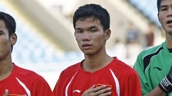 National team players Phan Thanh Binh (L...