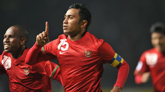 Indonesia's captain Firman Utina (C) and