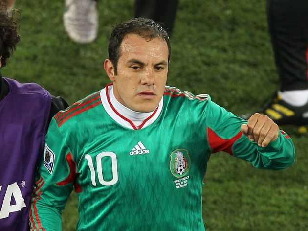 Mexico's striker Cuauhtemoc Blanco (R) c