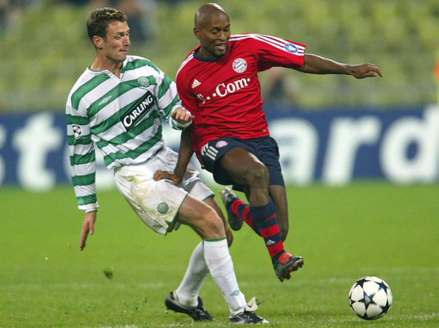 Chris Sutton of Celtic tackles Ze Roberto of Bayern