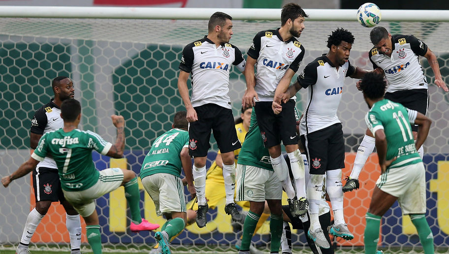 SAO PAULO, BRAZIL - SEPTEMBER 06: Players of Corinthians jumps in the wall during a free kick of Dudu (L) of Palmeiras during the match between Palmeiras and Corinthians for the Brazilian Series A 2015 at Allianz Parque on September 6, 2015 in Sao Paulo, Brazil. (Photo by Friedemann Vogel/Getty Images)