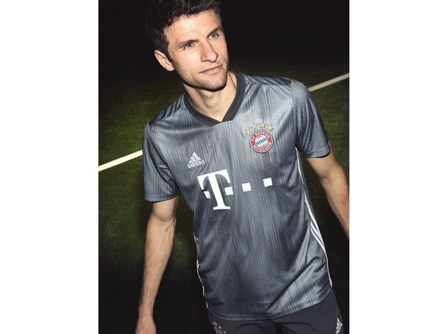 official photos 9de21 52a66 PHOTOS: Bayern Munich Launch 2018/19 adidas Third Kit Made ...
