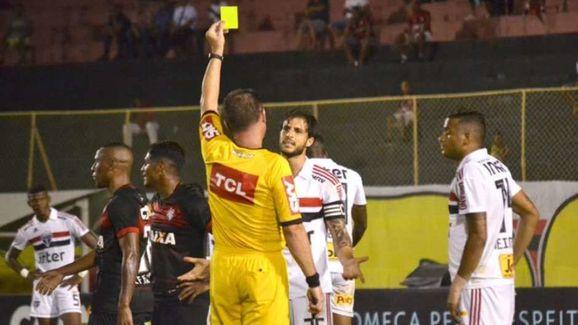 Hudson recebeu o terceiro amarelo e não joga contra o Flamengo