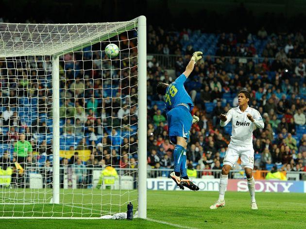 APOEL's Spanish goalkeeper Urko Pardo (L