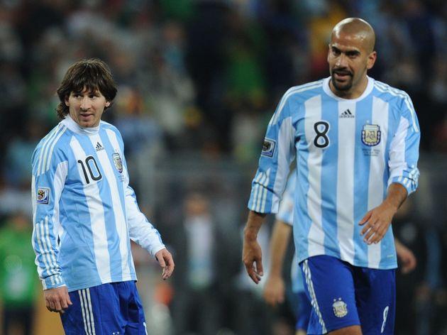 Argentina's striker Lionel Messi (L) rea