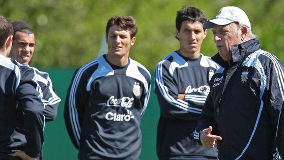 Argentina's team coach Alfio Basile (R)