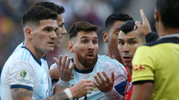 Lionel Messi,Mario Diaz de Vivar,Gary Medel