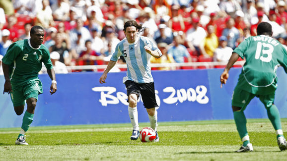 Argentinian forward Lionel Messi (C) is