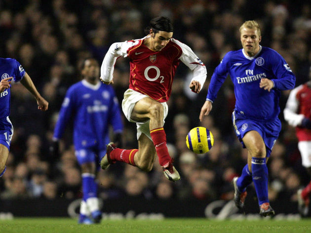 Arsenal's Robert Pires (C) takes the bal
