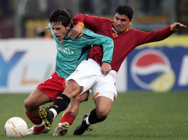 AS Roma's midfielder David Pizarro (R) f