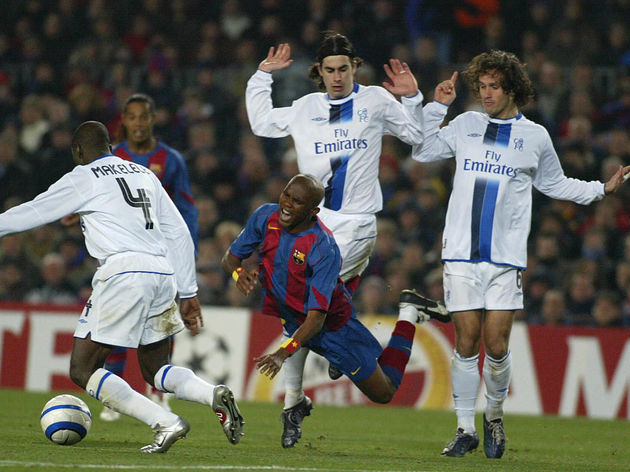 Barcelona's Cameroonian Etoo (C) trips w