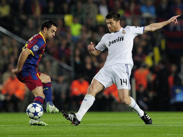 Barcelona's midfielder Xavi Hernandez (L