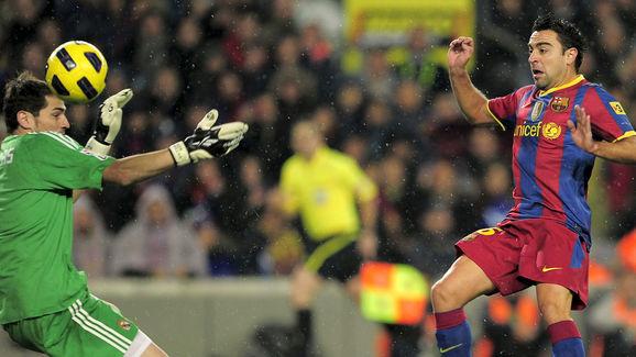 Barcelona's midfielder Xavi Hernandez (R