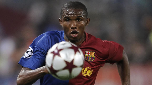 Barcelona's Samuel Eto'o runs with the b