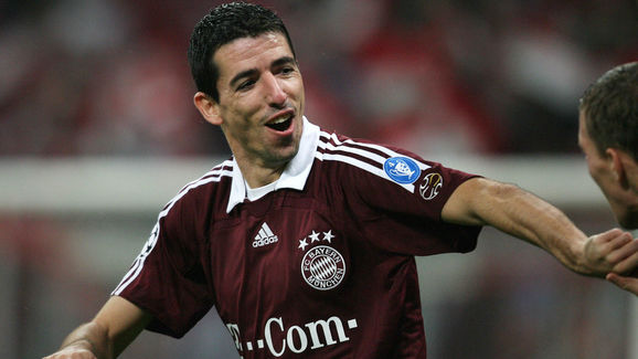 Bayern Munich's Dutch striker Roy Makaay...
