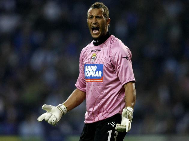 Boavista's goalkeeper Carlos Fernandes r