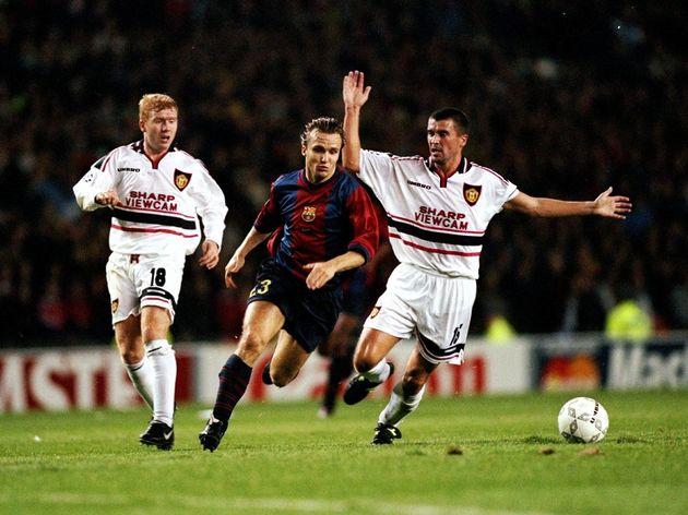 Boudewijn Zenden of Barcelona evades Roy Keane and Paul Scholes of Manchester United