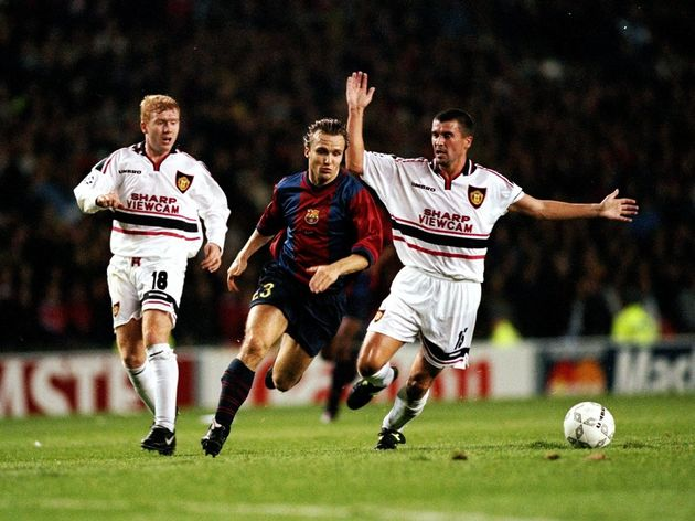 Boudewijn Zenden of Barcelona evades Roy Keane and Paul Scholes of Manchester United