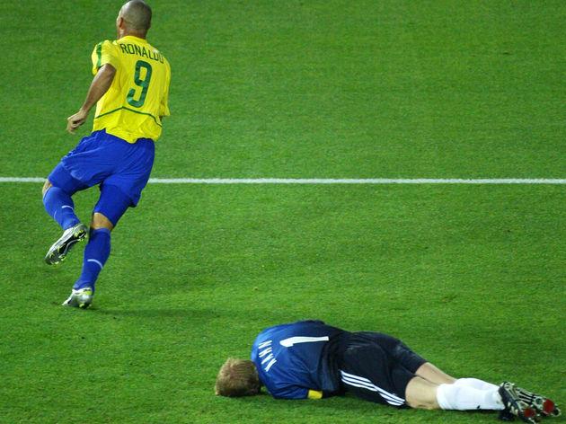 Brazil's forward Ronaldo (L) celebrates