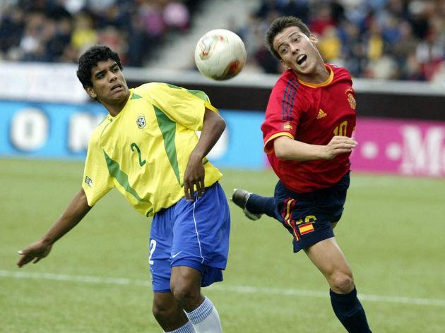 Brazilian Leo (L) vies with Silva of Spa