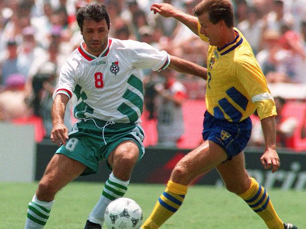 Bulgarian midfielder Hristo Stoichkov (L
