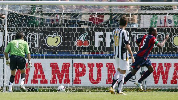 Cagliari's forward Oscar David Suazo Vel