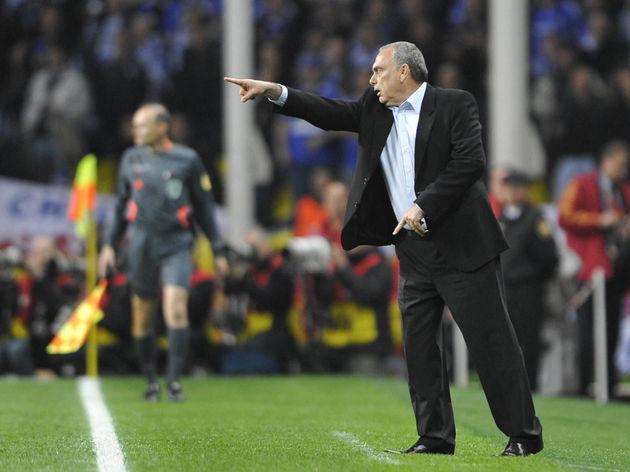 Chelsea manager Avram Grant gives instru