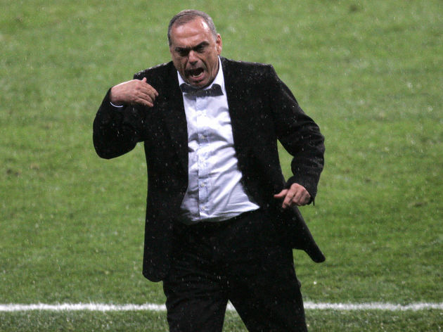 Chelsea manager Avram Grant reacts after