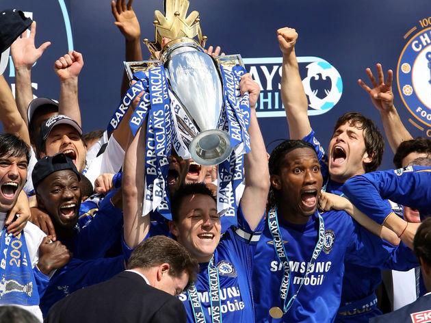 Chelsea's Captain John Terry (C) lifts t