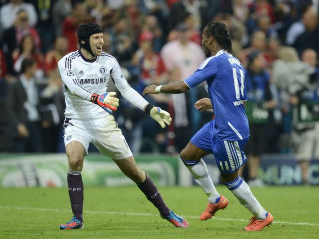 Chelsea's Czech goalkeeper Petr Cech (L)
