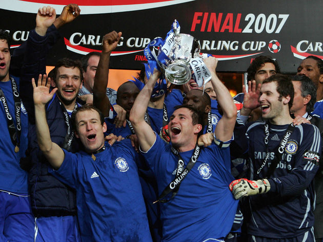 Chelsea's Frank Lampard lifts the Englis...