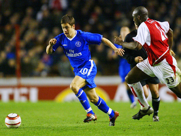 Chelsea's Joe Cole (L) is pursued by Ars