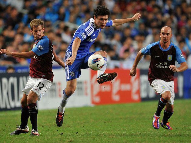 Chelsea's Yury Zhirkov (C) controls the
