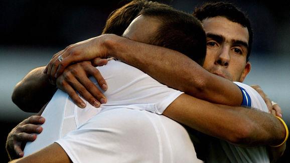 Corinthians Argentine Carlos Tevez (R) h