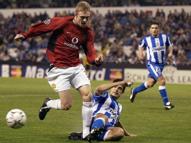 Darren Fletcher of Manchester United and Roberto Acuna of Deportivo La Coruna