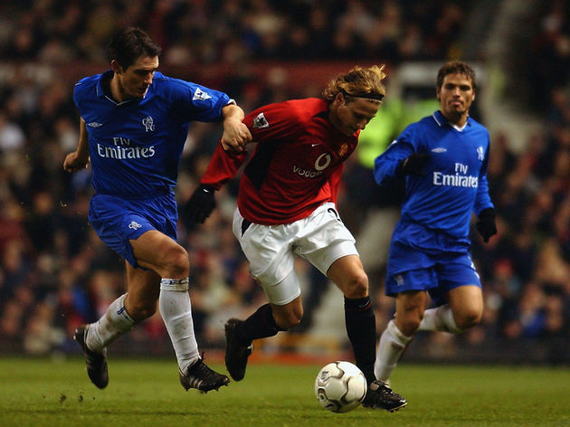 Diego Forlan of Manchester United tussles with Frank Lampard of Chelsea for possession of the ball