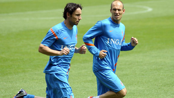 Dutch Arjen Robben (R) and Mark van Bomm