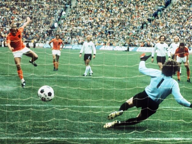 Dutch midfielder Johan Neeskens scores t