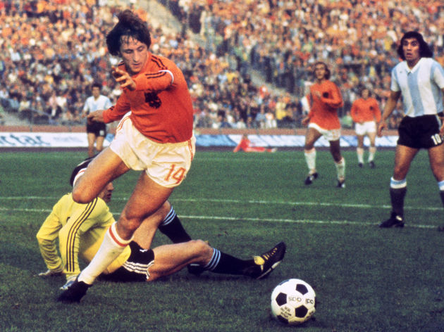 Dutch midfielder Johann Cruyff dribbles