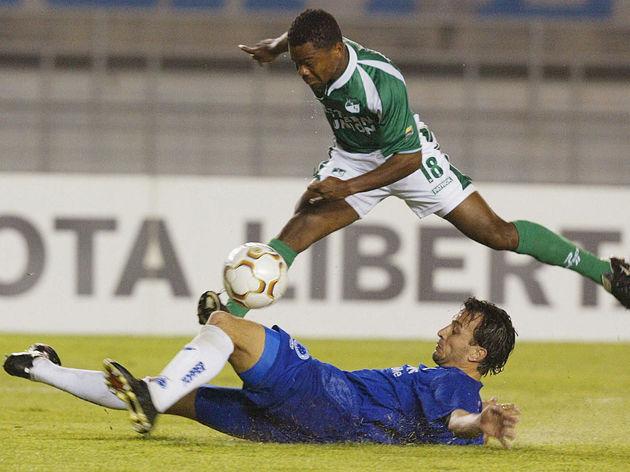 Edu Dracena (abajo) del equipo brasileno