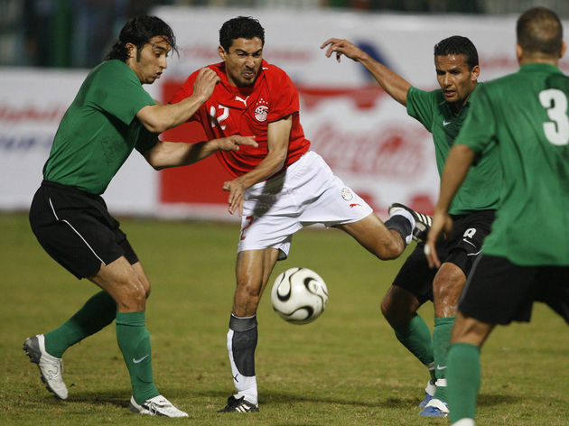 Egyptian Mohammed Barakat (C) vies for t