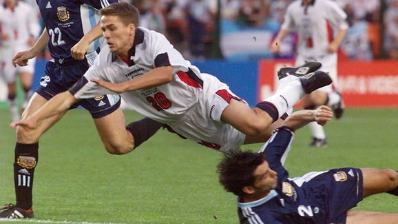 English forward Michael Owen (C) dives as he is ch