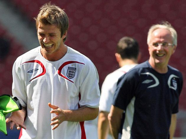 English midfielder David Beckham (L) lau
