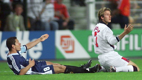 English midfielder David Beckham (R) and Argentina