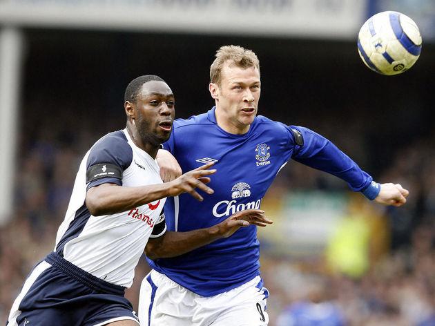 Everton's  Duncan Ferguson (R) vies with