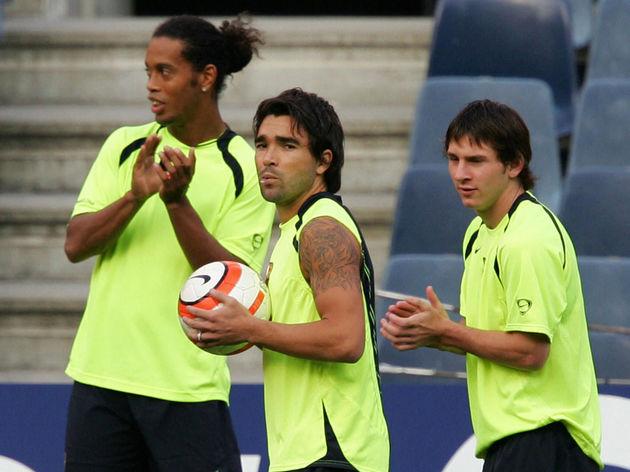 FC Barcelona's Brazilian Ronaldinho (L),