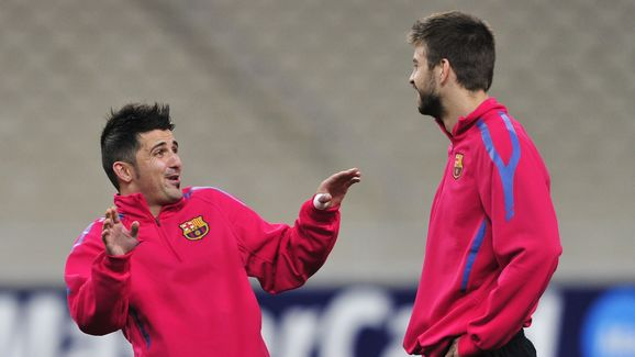 FC Barcelona's David Villa (L) chats wit
