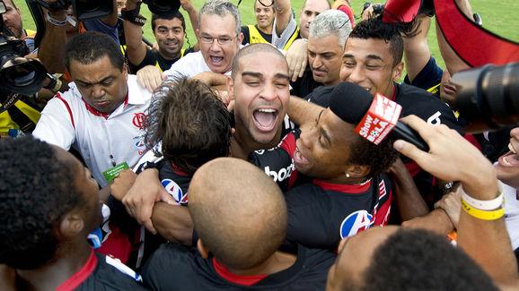 Flamengo's player Adriano (C) celebrates